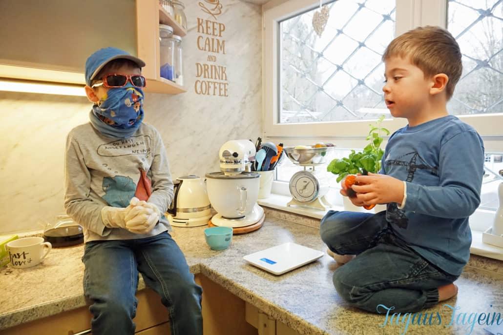 Wochenende-in-Bildern-Jungs-beim-Kuchen-backen