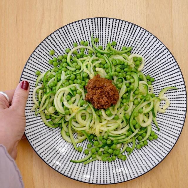 ZucchiniNudeln mit Erbsen und rotem Pesto Na wenn das nichhellip