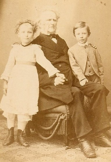 17 Portraet Hiltmann mit Enkeln_MA