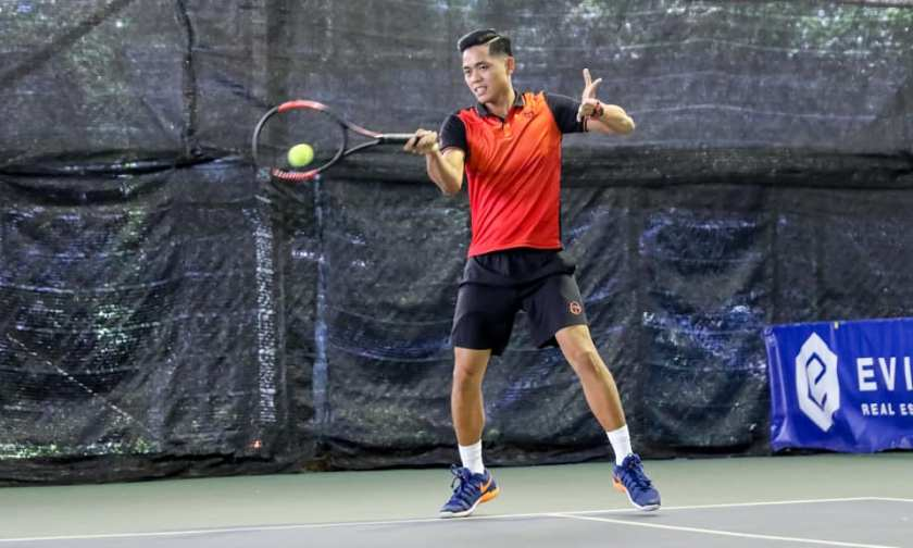 Coach Michael Mantua of TAG International Tennis Academy uses a semi-western grip on his forehand