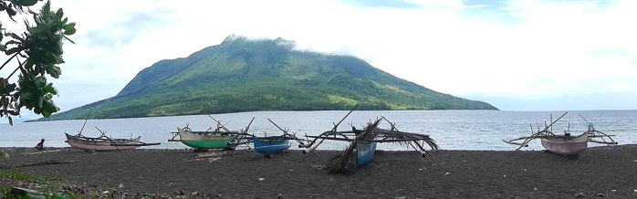 Panoramic view of the main beach of Bahoi, with traditional boats and Mount Ruang in the Background.