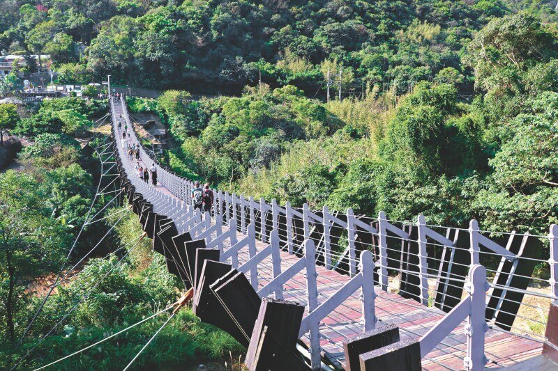 Baishihu Suspension Bridge is one of the top attractions of Section 4 in Taipei Grand Trail.