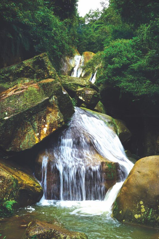 Yuanjue Temple Waterfall is a great spot in Section 4 of Taipei Grand Trail to relax.