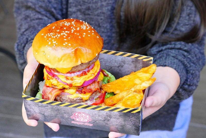 【熱血採訪】堡彪專業美式漢堡:看電影也能享受外帶豪邁工業風漢堡!每層6.5盎司三倍純牛肉起司漢堡真材實料好推薦!