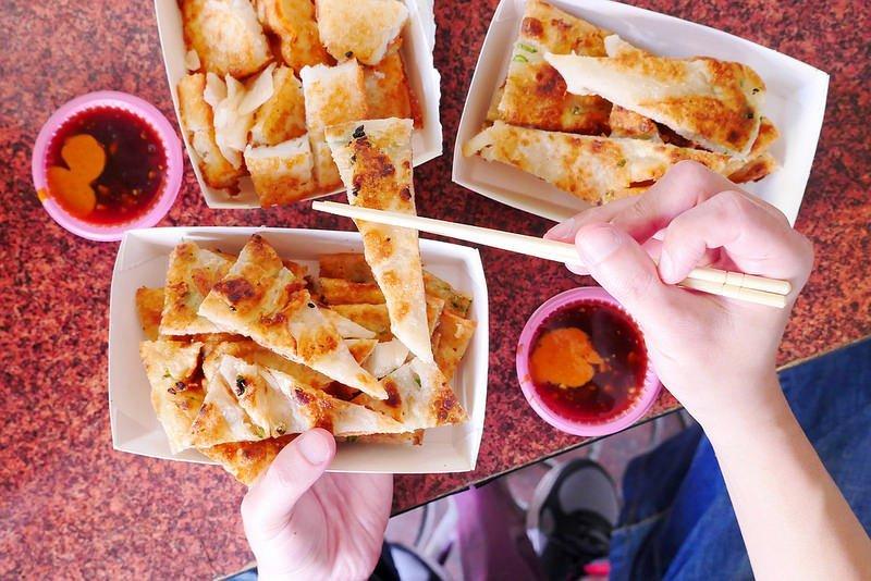 正宗傳統蔥油餅:台中最愛吃蔥油餅 薄酥蔥多嚼勁份量都十足超推薦!