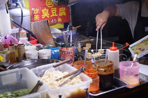 2018 09 18 003714 - 梧棲夜市必吃│宏沙茶臭豆腐口味獨特,魯肉飯35元CP值高