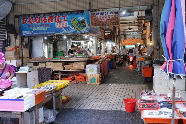 2018 10 19 205424 - 北辰市場小吃│沒有攤名的煙燻蛋,還有煙燻烤雞也好吃
