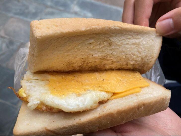2020 11 15 213049 - 北區肉蛋吐司|食尚玩家十大美食英雄!健行路上早餐肉蛋吐司,飄香35年人氣不減,你吃過了嗎~