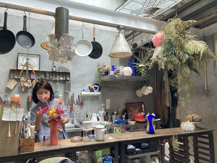 2021 01 31 134102 - 西區咖啡廳|在地人才知道的隱藏版甜點店,來花店買花、買礦石,還可以邊看漫畫邊吃下午茶!
