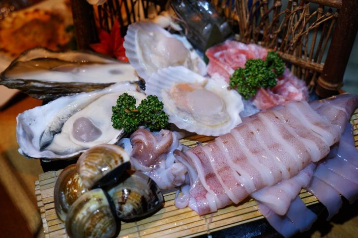 2021 02 15 230427 - 熱血採訪 台中長形金雞聚寶白鍋,滿滿蔬食海鮮配上整隻小蔘雞,雞高湯無限續加