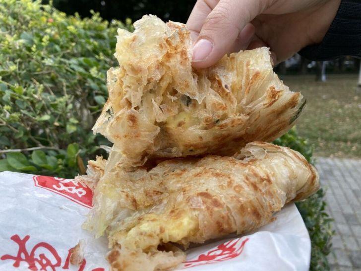 2021 03 10 184149 - 西屯排隊人氣小吃緣味蔥油餅,一層層酥脆餅皮越嚼越香,人多至少得等半小時