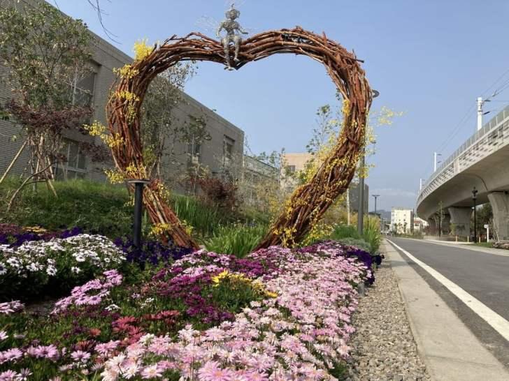 2021 03 19 012317 - 豐原車站旁打卡新景點,五彩繽紛花卉佈置成浪漫花廊步道,心鎖橋結合愛心打造成互動式裝置藝術