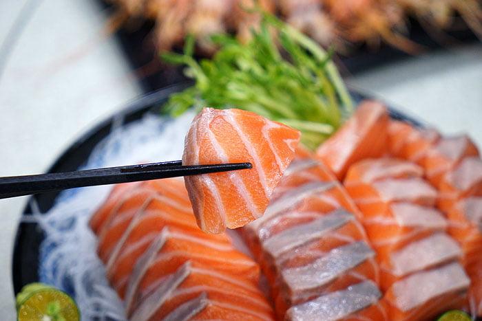 2021 04 22 005417 - 熱血採訪│這間海鮮超多人,厚切生魚片一大盤吃到爽,參加活動30片只要200元超浮誇