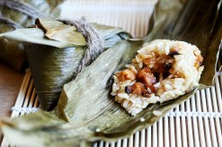 Photo credit: http://eluxemagazine.com/wp-content/uploads/2016/08/Vegan_Zongzi_Rice_Dumplings_Bamboo_Leaves_Recipe_004.jpg