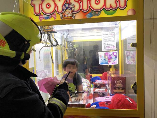 kid in claw machine