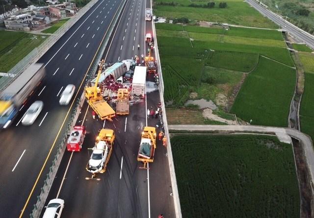 10 vehicle pile-up on national freeway 3