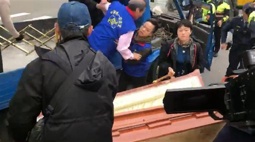 Chang An-lo and his coffin