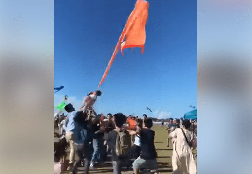 onlookers rescue girl entangled in kite