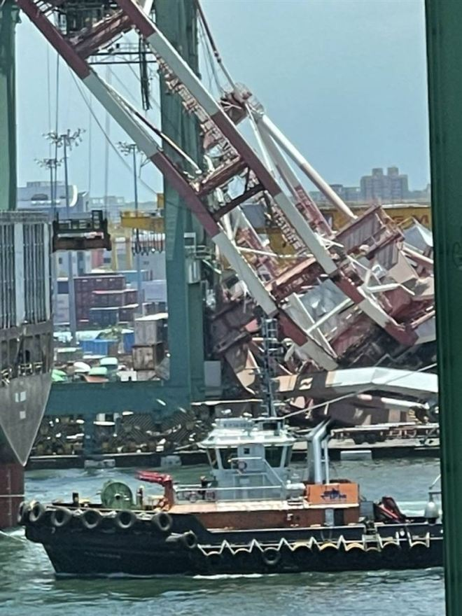 collapsed crane at Port of Kaohsiung