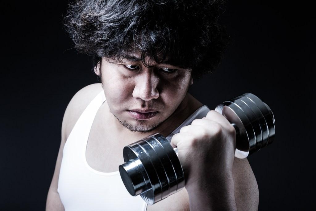 筋トレダイエットに励む男性