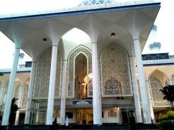 Pintu masuk bahagian kanan masjid.