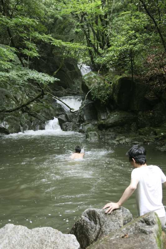 愛知県新城市作手の「保永の三滝」の滝つぼで泳いでみた![動画あり] (1)