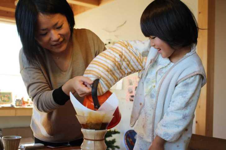 正月飾りのしめ縄を手作りしたら、かわいい女の子がコーヒーを淹れてくれたよ! (7)