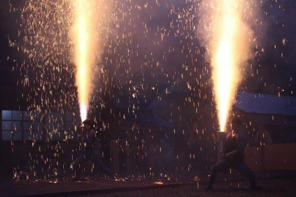 1メートルほどの竹筒に火薬を詰めて人が抱える手筒花火がすごい!【新城市川合地区祭り】 (8)