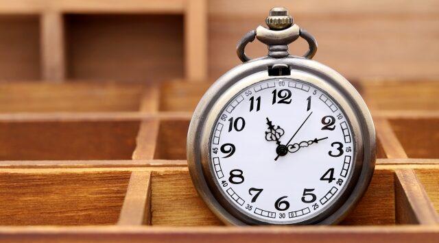 木箱に古い懐中時計