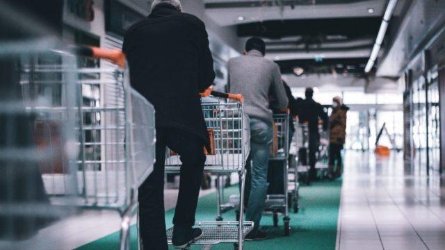 ショッピングカートを持って並ぶ人達