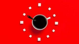 赤い背景の真ん中にあるコーヒーカップ