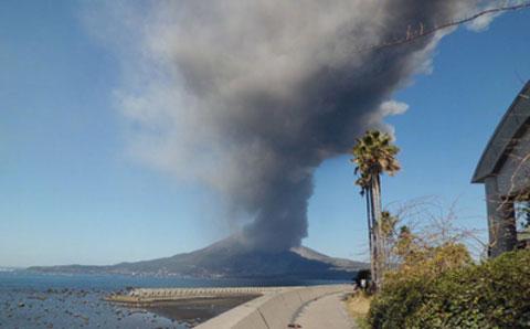 噴火している火山