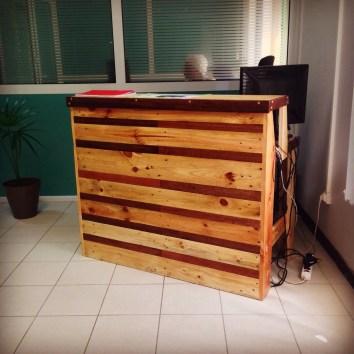 Borne d'accueil en bois de palettes et bois de Guyane - TAKARI DESIGN