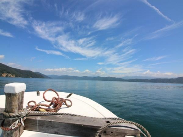 竹生島を湖上タクシーに乗って撮影