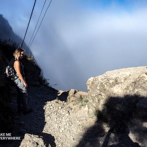 Le trek continue dans les nuages