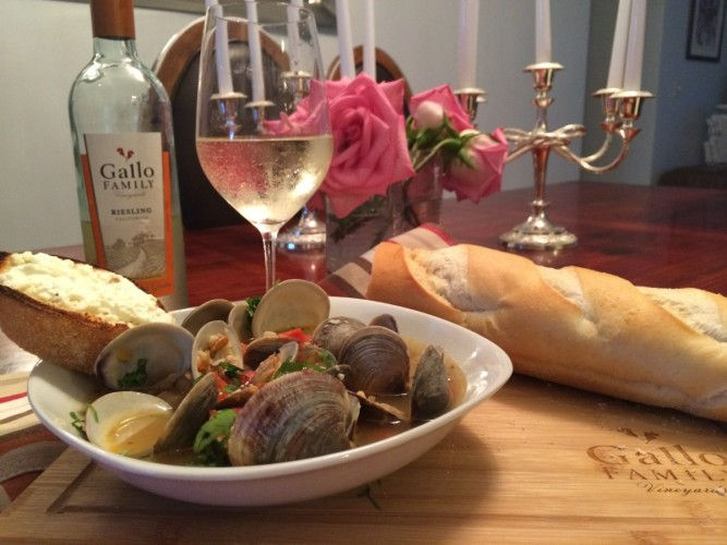 clams in white wine sauce with goat cheese crostini #sundaysupper #