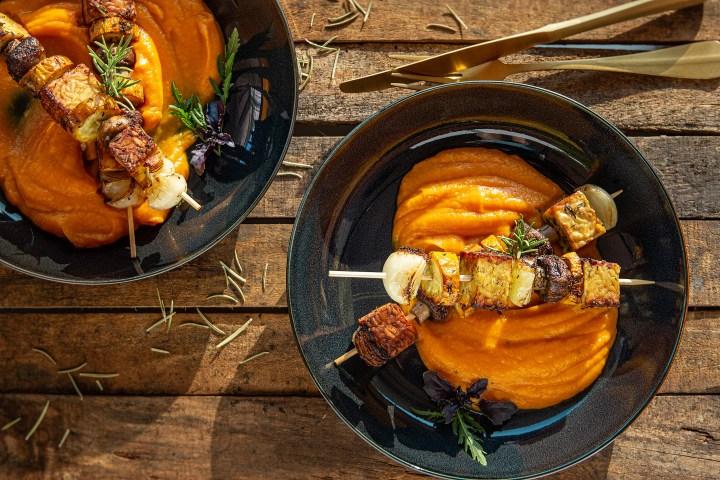 Auf Süßkartoffelpüree passt perfekt ein Spieß aus vielen guten Gemüsesorten