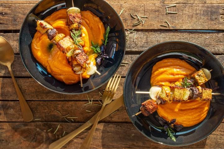 Tempeh-Gemüsespieß auf Süßkartoffelpüree