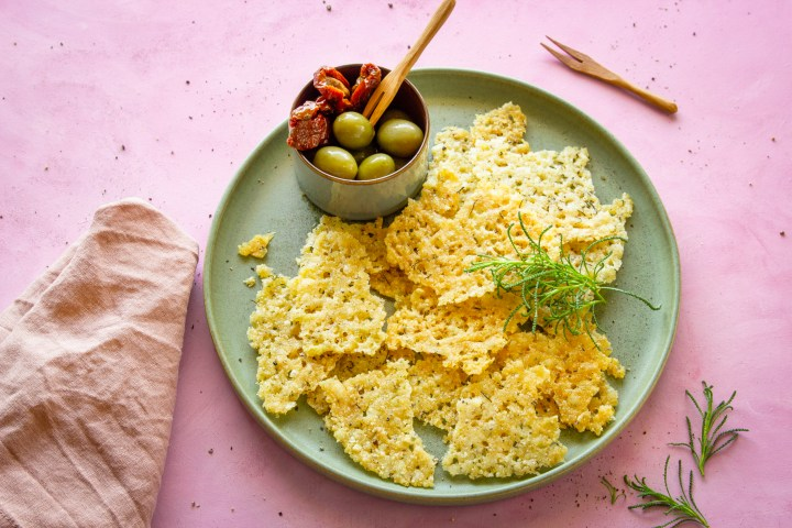Würzige Kracker: Parmesanchips mit Olivenkraut