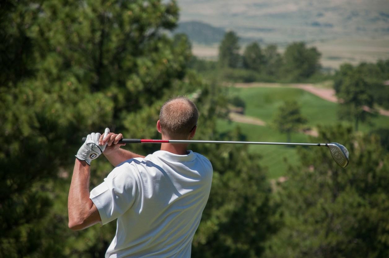 インターロッキングで打つゴルファー