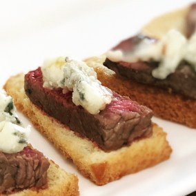 brioche toast with beef fillet and gorgonzola
