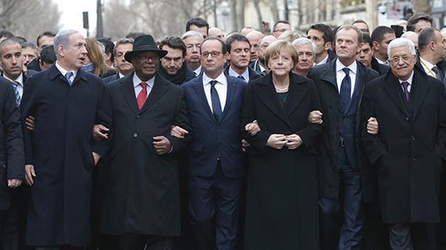反テロの行進に参加する首脳たち。左からイスラエル首相、マリ共和国大統領、フランス大統領、ドイツ首相、EU大統領 (from abc7.com)