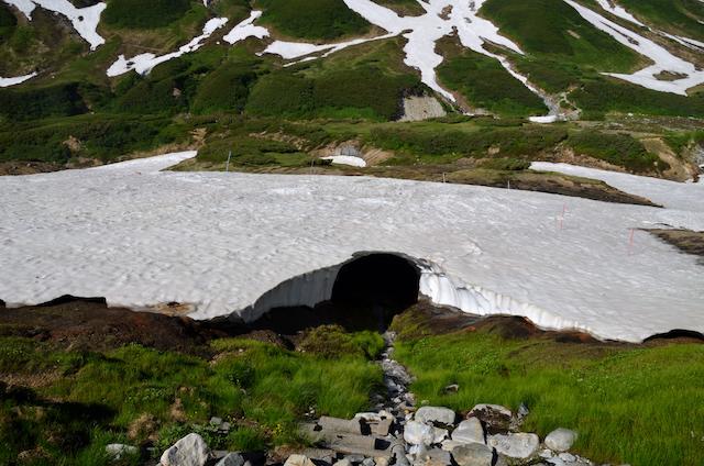 雷鳥沢キャンプ場 雪渓の大穴