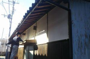 大阪・熊取の長屋門壁の漆喰塗り