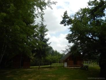 Campingul dispune și de câteva căsuțe