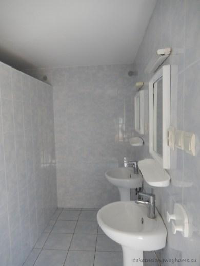 Baia cu duș și chiuvete. Turiștii au la dispoziție, mașină de spălat și uscător
