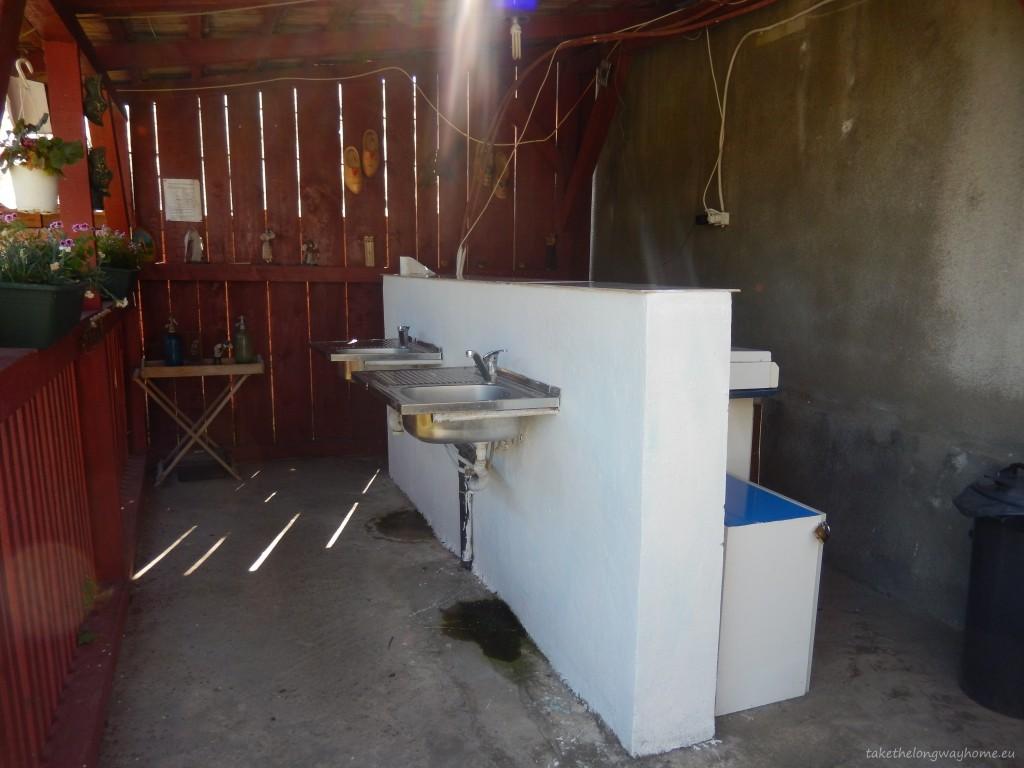 Bucătărie dotată cu frigider, aragaz și lavoar