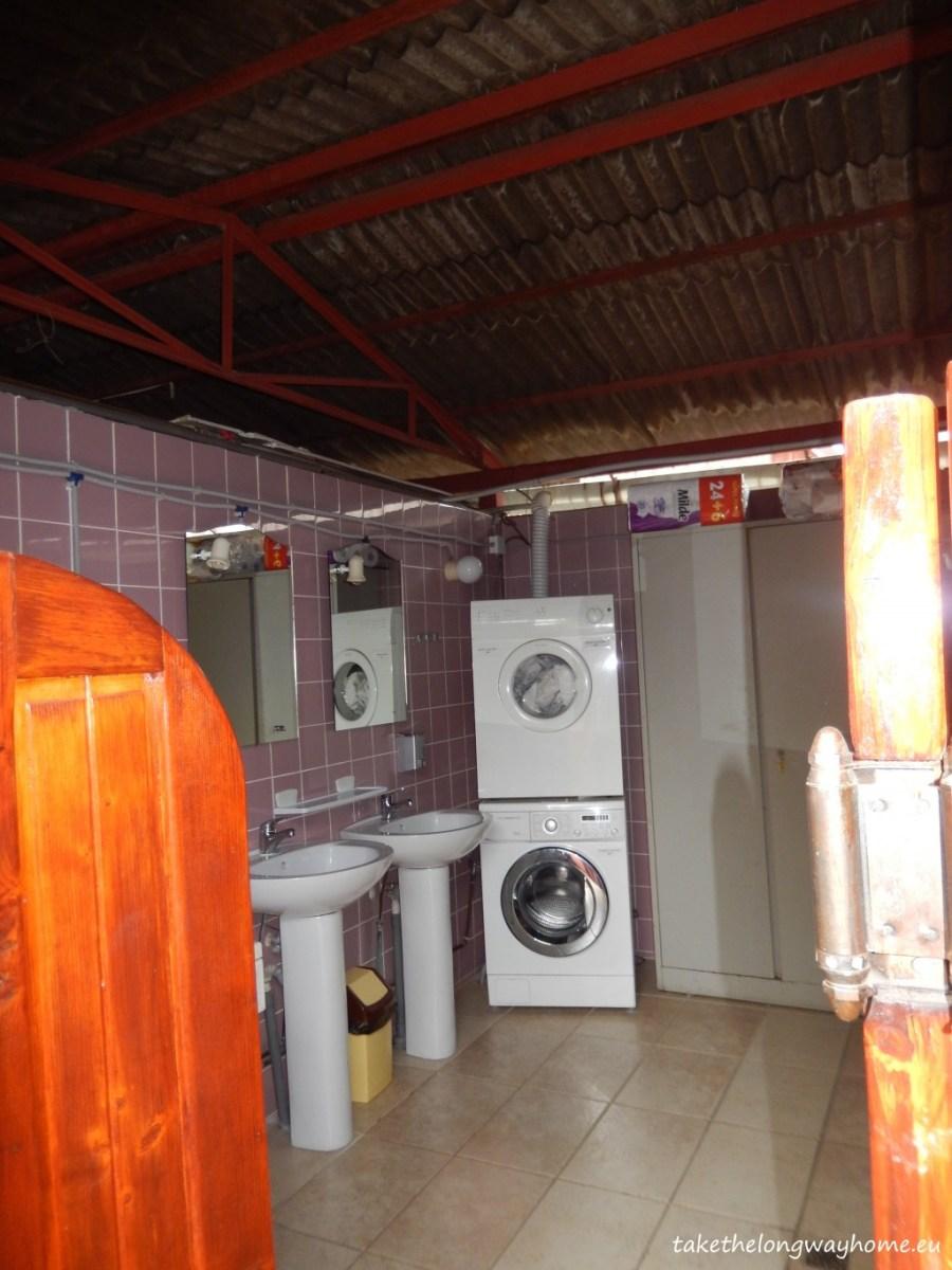 Este disponibilă mașină de spălat și uscat haine