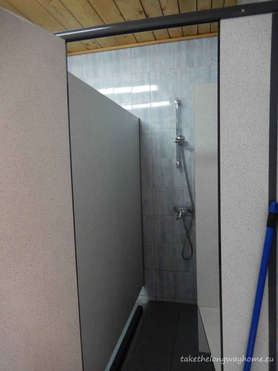 Grupuri sanitare cu dușuri, toalete, lavoare