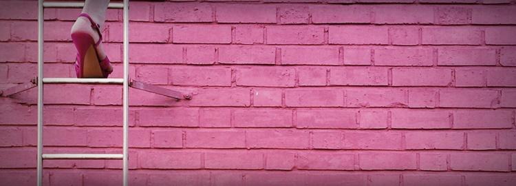 ヒールで壁を上る女性